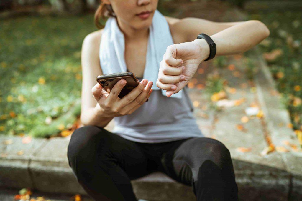 Frau-checkt-Trainingsfortschritt